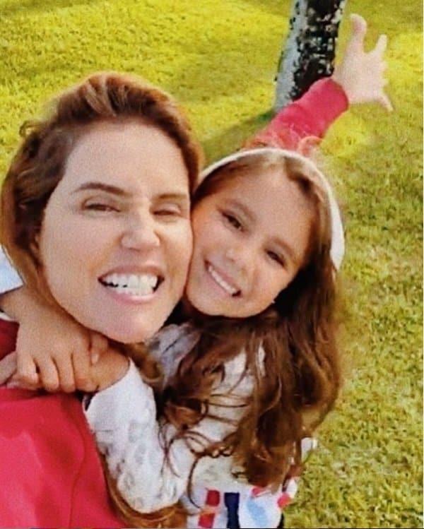 Deborah Secco com sua filha