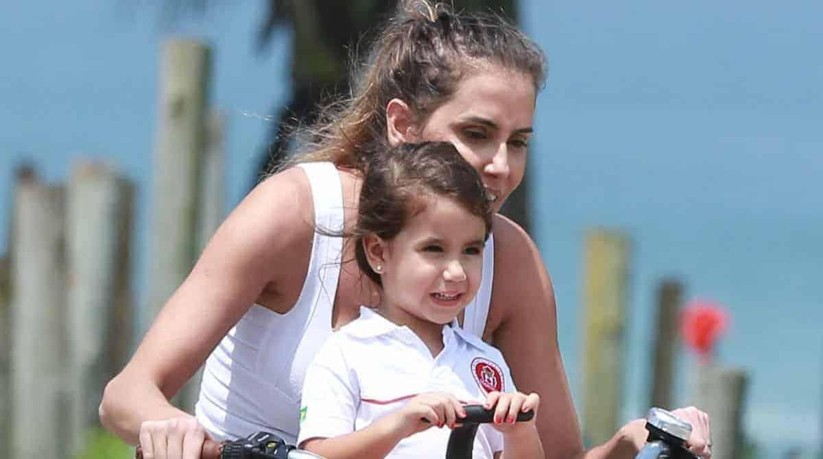 Deborah Secco com Maria Flor de bike