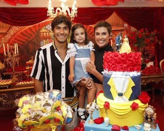 Filha de Deborah Secco ganha festa da Bella e a Fera