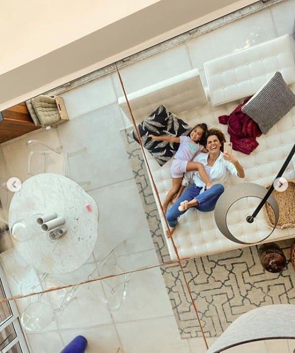 Deborah Secco e sua filha no apartamento