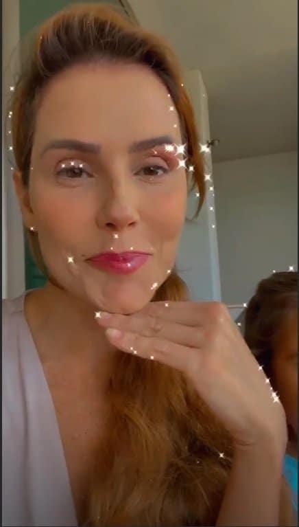 Deborah Secco mostrando a maquiagem de Maria Flor