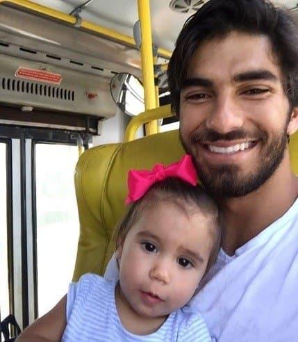 Maria Flor andando de ônibus com o papai