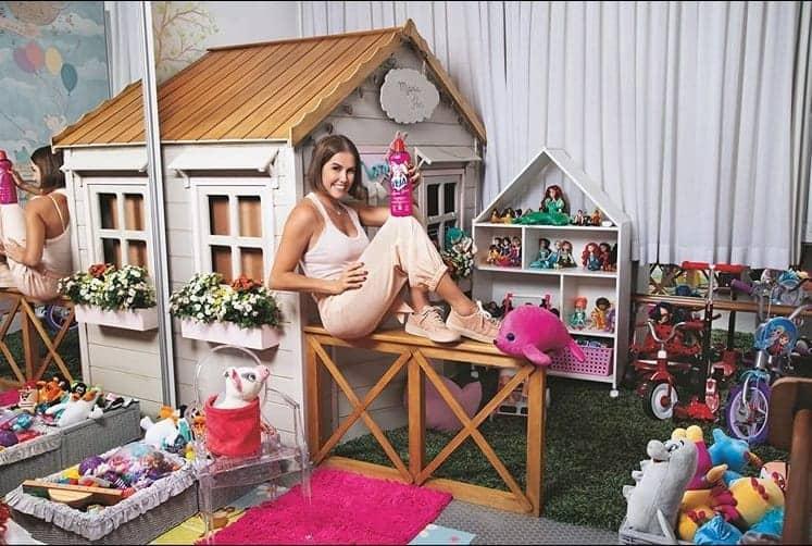 Deborah Secco no quarto de bonecas da pequena Maria Flor