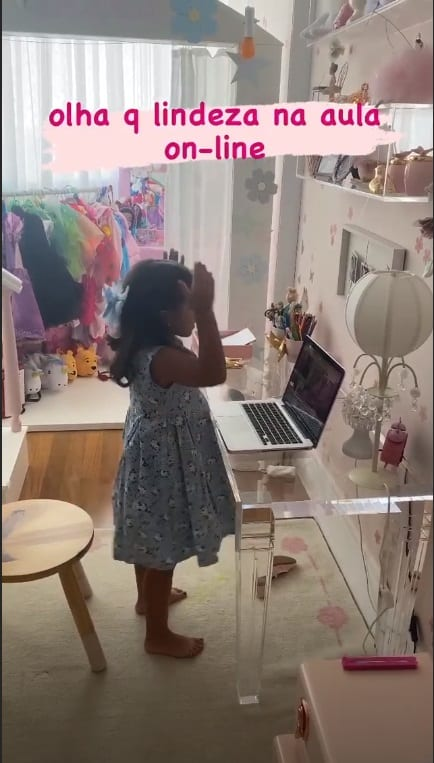 Filha de Deborah Secco em seu quarto