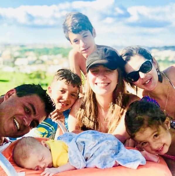 Dhomini compartilhou uma foto ao lado da esposa e dos cinco filhos