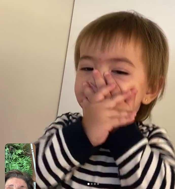 Bebê de Duda Nagle mandando beijos para a avó paterna