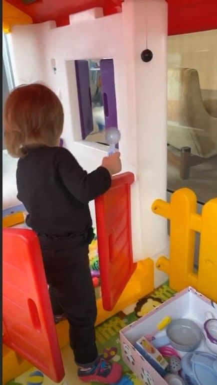 Zoe em sua casa de brinquedo em flagra de Duda Nagle