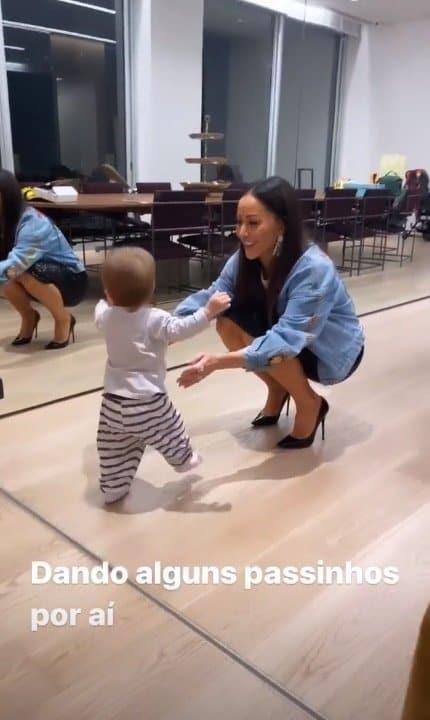 Filha de Duda Nagle e Sabrina Sato dando seus primeiros passinhos
