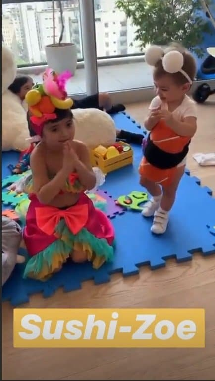 Duda Nagle e Sabrina Sato mostrando a filha e sobrinha fantasiadas