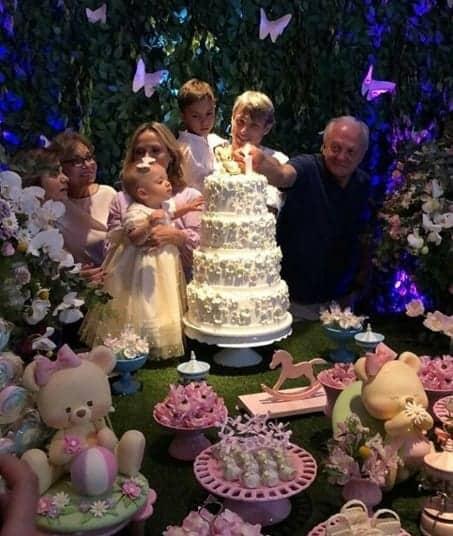 O bolo da festa foi maior que a aniversariante Manuela