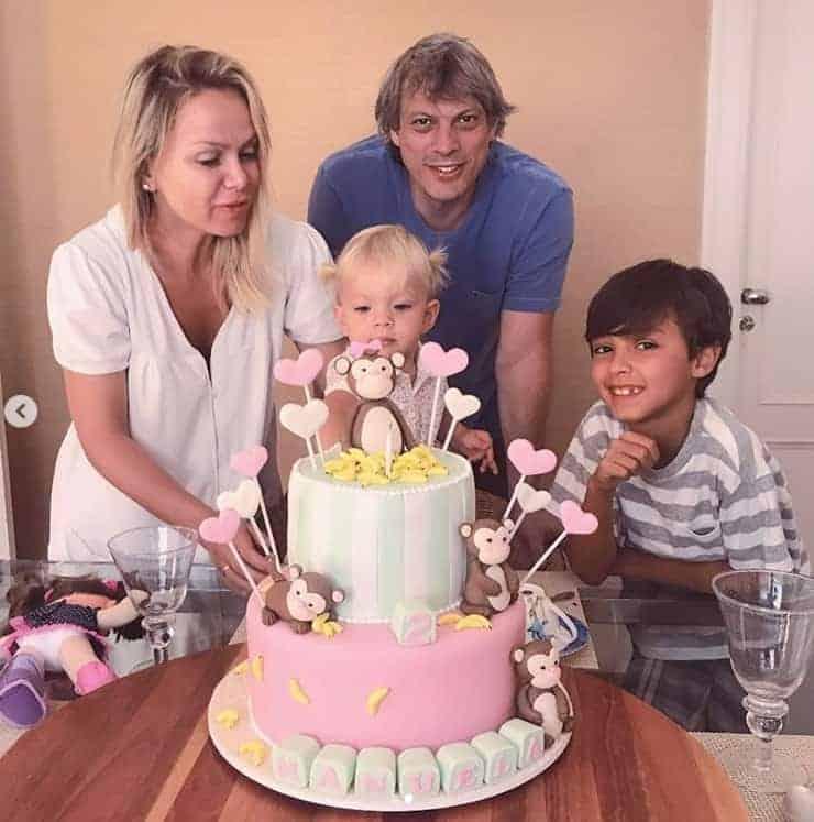 Eliana com o noivo e o filho mais velho celebrando o aniversário de Manuela