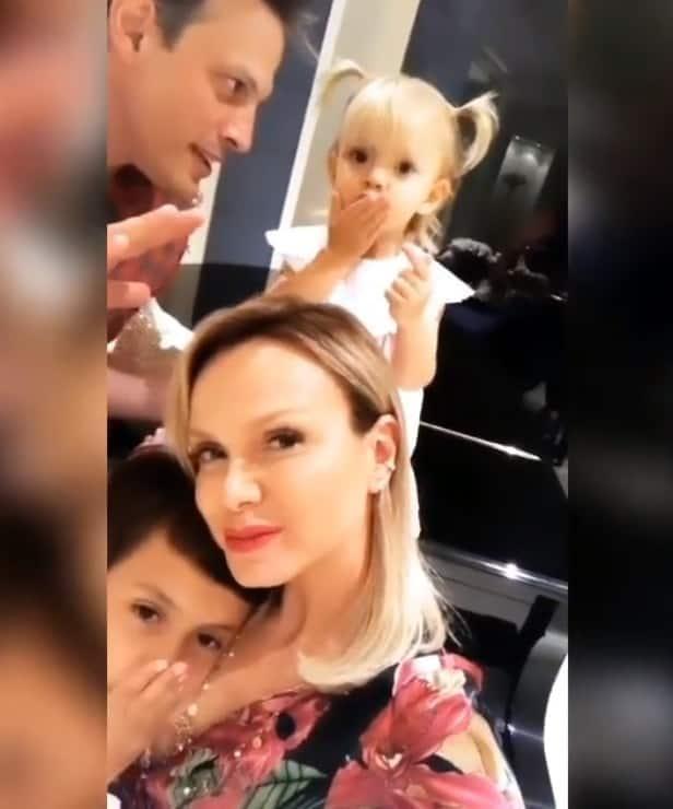 Manuela mandando beijo em momento de família