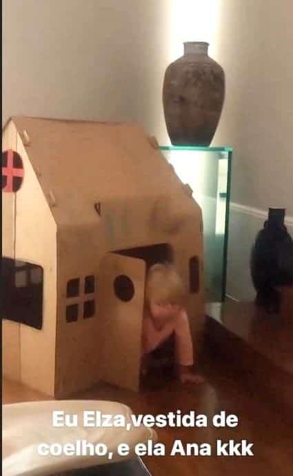 Bebê de Eliana na sua casinha de brinquedo