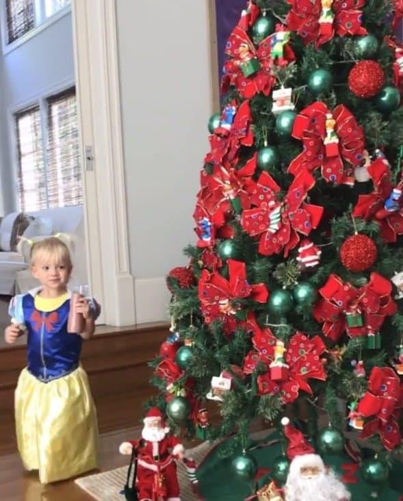 Filha de Eliana com árvore de natal da família