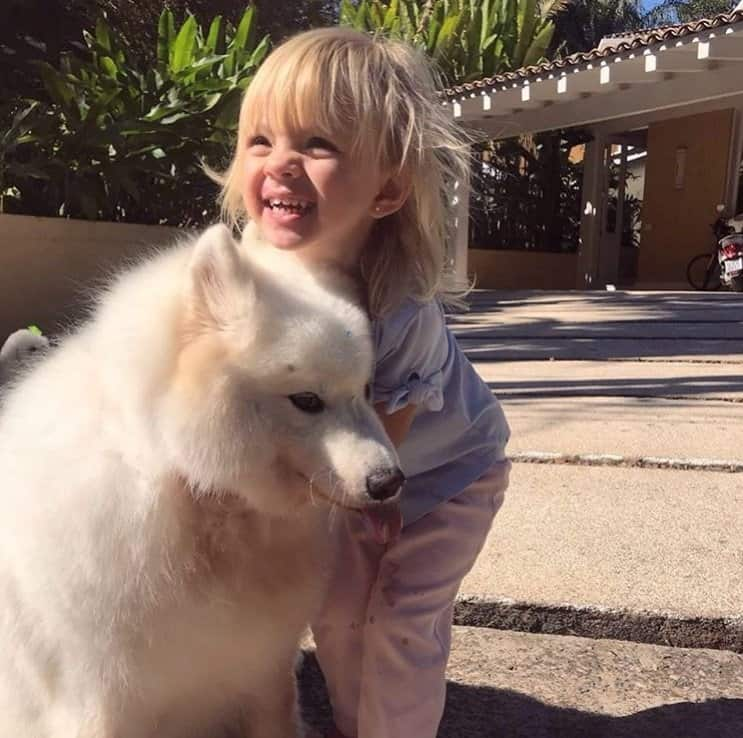 Bebê de Eliana com o cachorro da família