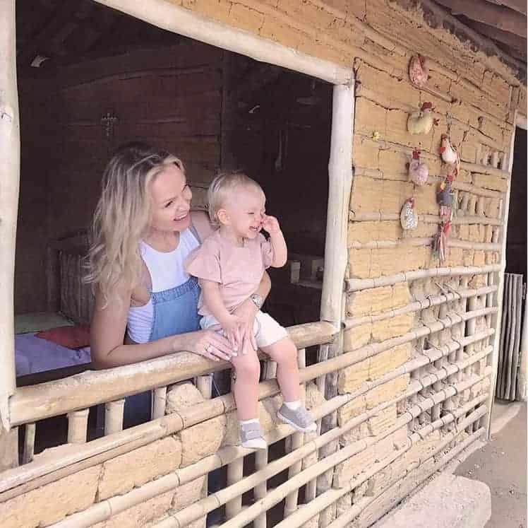 Eliana se divertindo com a filha