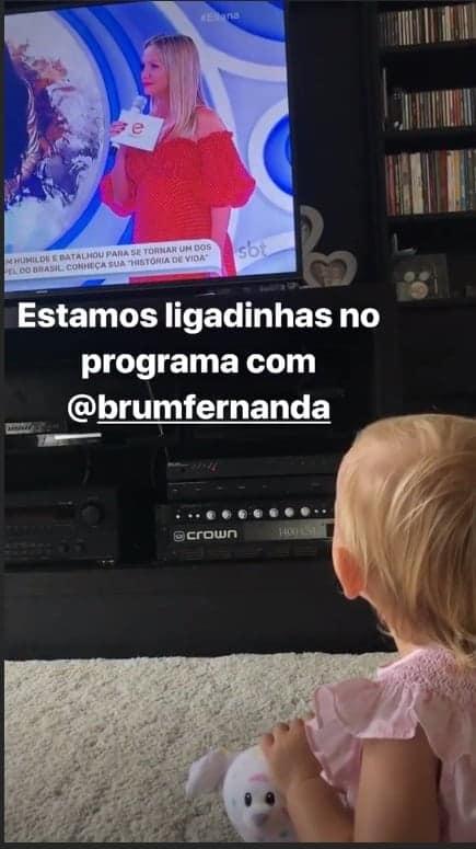 Manuela vendo a mamãe na TV