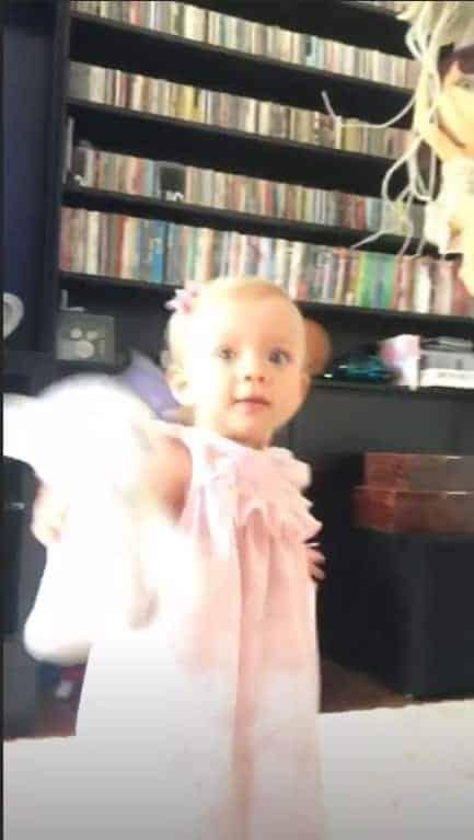 Manuela após ver a mamãe na televisão