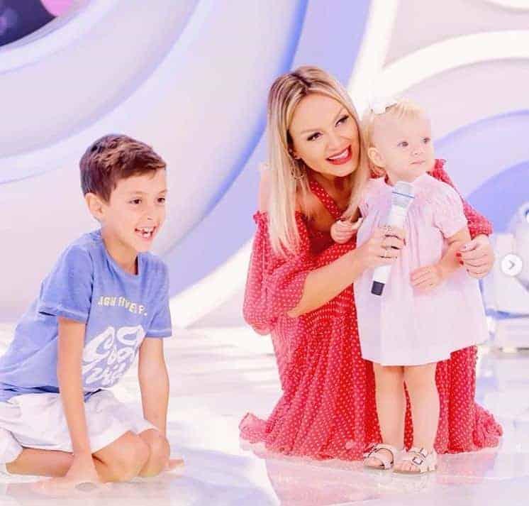 Eliana com os filhos na TV