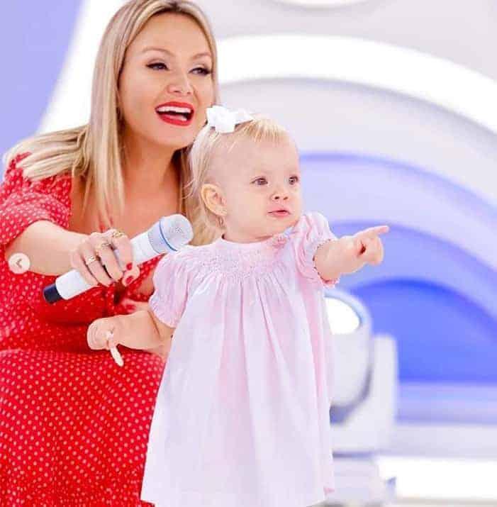 A fofa Manuela com a mamãe na TV