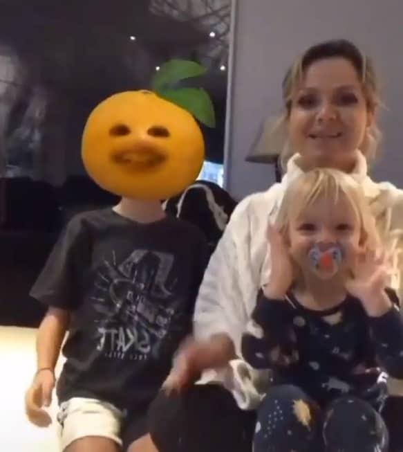Eliana brincando com seus filhos