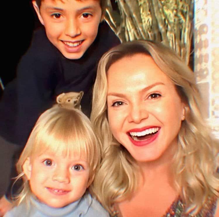 Eliana apareceu com seus dois filhos