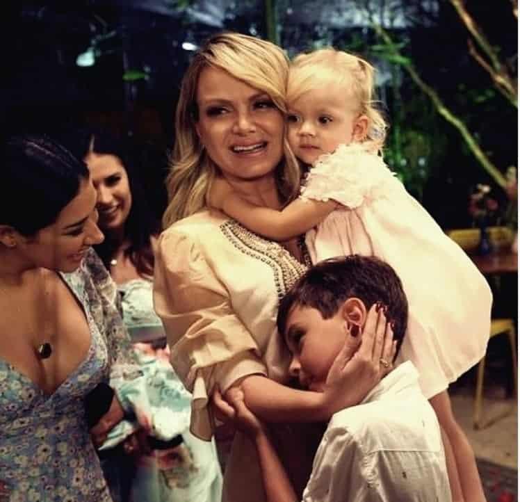 Eliana emocionada com seus dois filhos