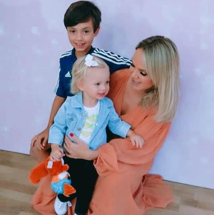 Eliana em momento de carinho com seus dois filhos