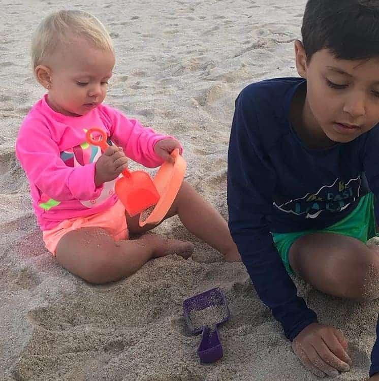 Após dias com neve Manuela e Arthur, filhos da apresentadora Eliana curtem a praia