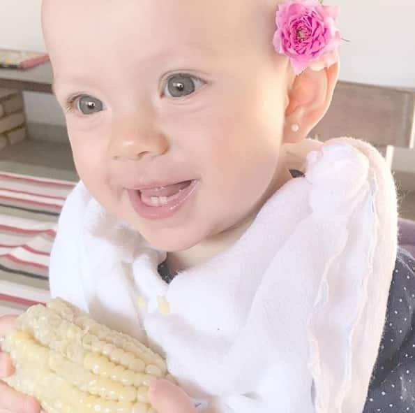 Com apenas dois dentinhos Manuela comeu milho
