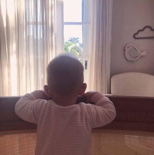 A pequena Manuela no seu quarto