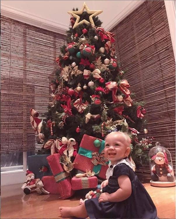 Nessa imagem a bebê Manuela diante da gigante árvore na casa apresentadora Elaina