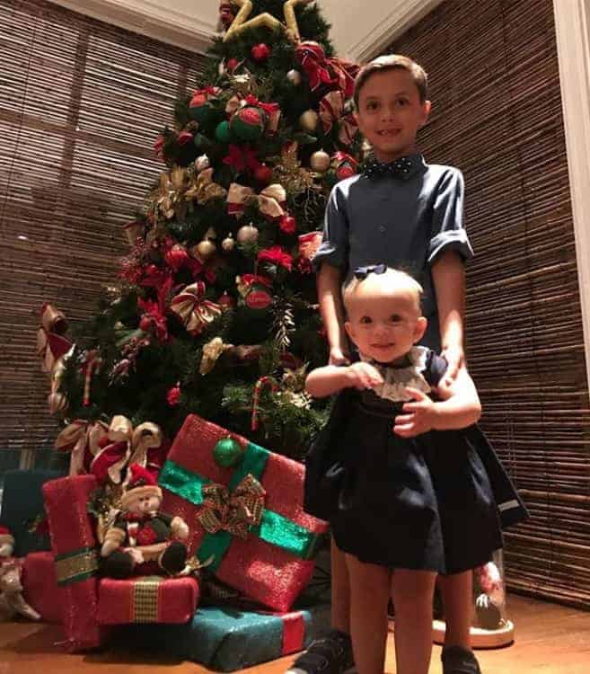 No clima do Natal a apresentadora Eliana publicou essa imagem de seus filhos Manuela e Arthur