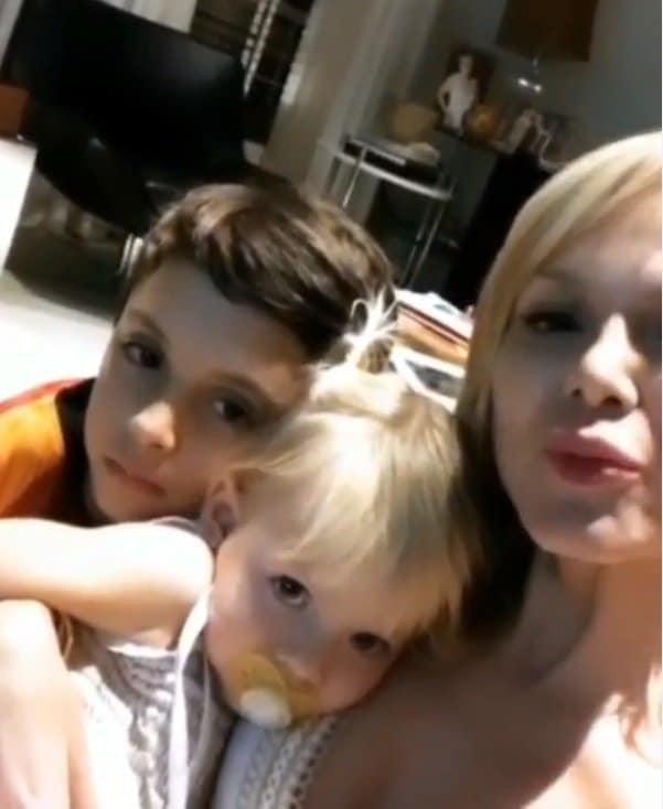 Eliana em momento de carinho com seus pequenos