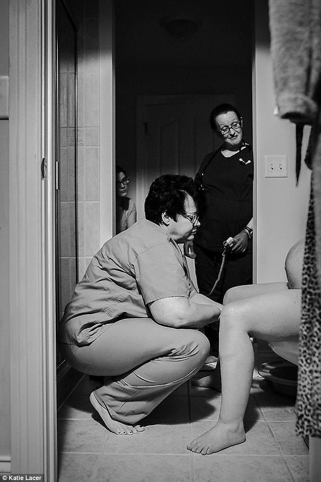 Enfermeira ajudando Jill