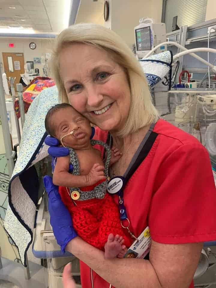 Enfermeira recriando com recém-nascido foto que fez com o pai dele