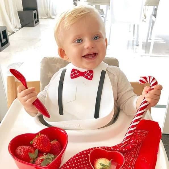 Enrico Bacchi muito feliz no dia de seu batizado tomando café da manhã