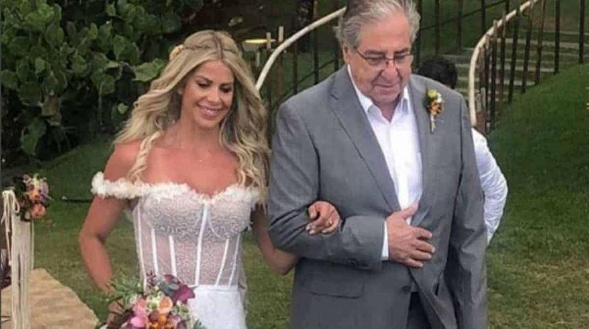 Karina Bacchi entrando em seu casamento ao lado do pai