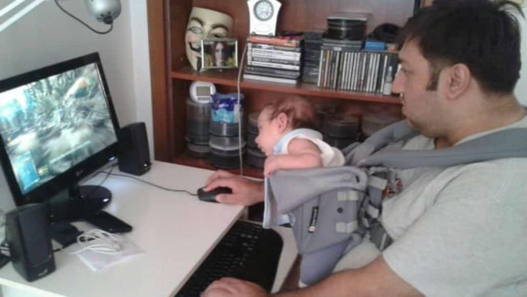 No computador com o bebê
