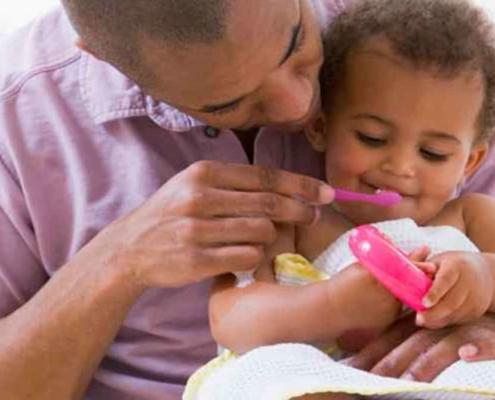Aprenda como escovar os dentes do bebê