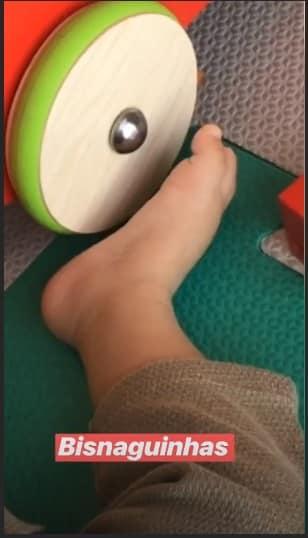 Foto do pé do filho músico Junior postada por sua esposa Monica Benini