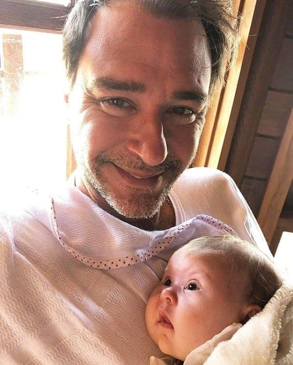 Ex-BBB Thyrso com sua bebê de três meses