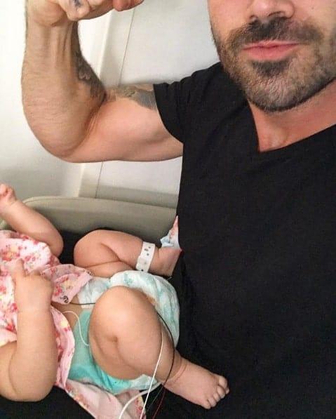 O ex-bbb Rodrigão compartilhou essa imagem de sua filha Linda na UTI