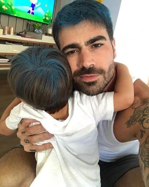 Rodrigão pintou o cabelo de seu filho de azul