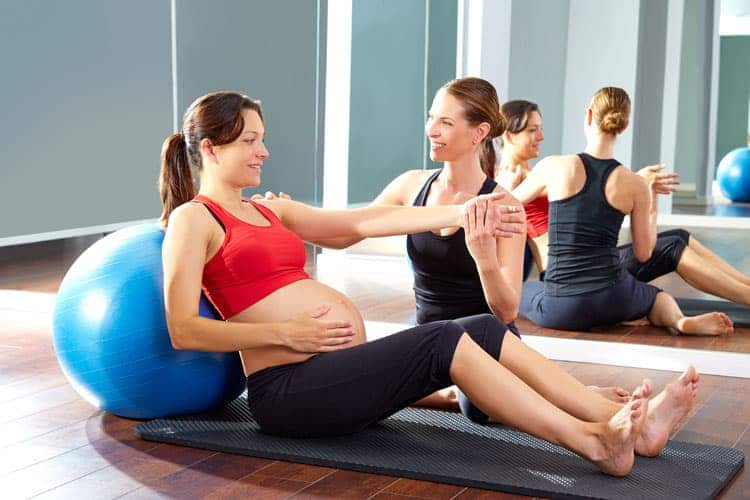 Um educador físico pode ajudar na hora de praticar exercícios na gravidez