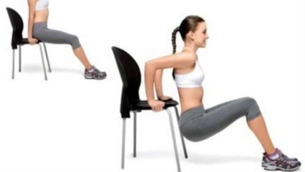 A cadeira pode ajudar a malhar o tríceps e está na lista de exercícios para a mãe de bebê