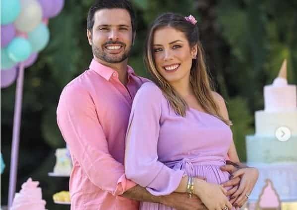 O casal Fabiana Justus e Bruno Dancona no chá de bebê de suas gêmeas