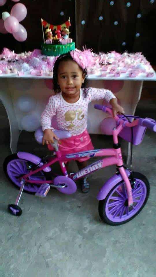 A menina Emily Sofia com bicicleta nova