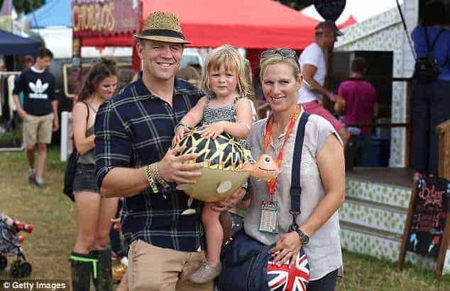 Zara e Mike Tindall com a filha mais velha, Mia no colo