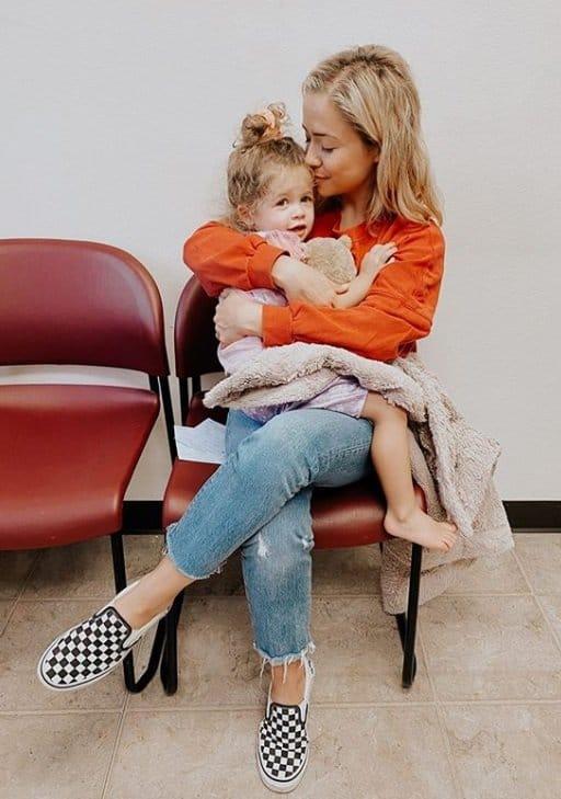 A digital influencer Ashley Stock com a filha